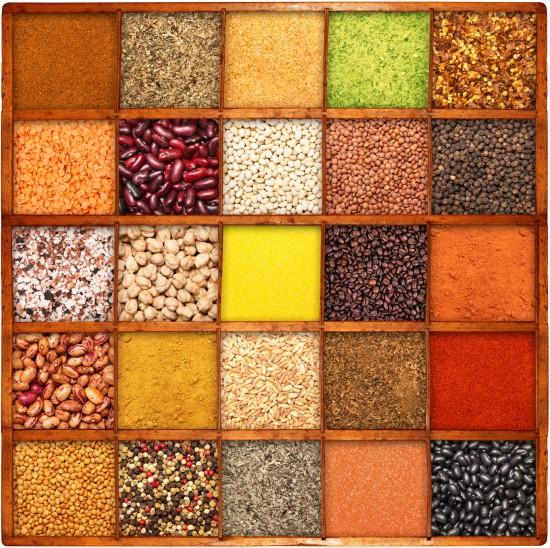 kolaż nasion i aromatów w drewnianych pojemniczkach