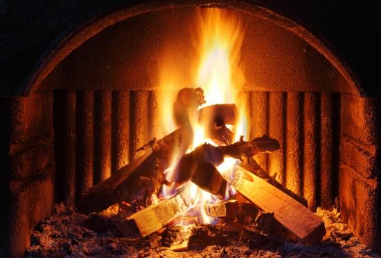 kominek z płonącymi polanami drewna