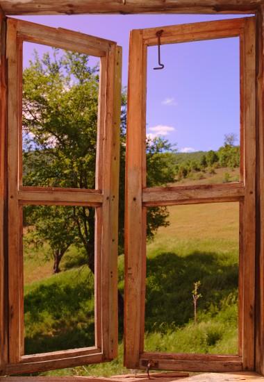 krajobraz widziany przez uchylone okno