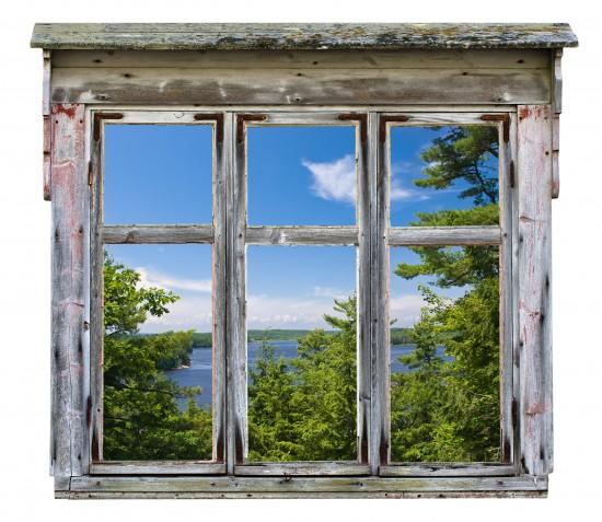 Malowniczy widok widziany przez starą ramę okna