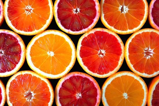 rozcięte połówki pomarańczy - wzór na tapetę