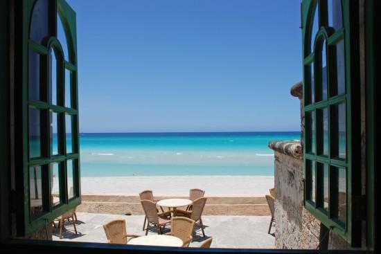 3D widok przez okno na plażę Cuba - Varadero
