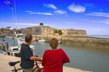 france,charente maritime,oléron : touristes en vélo et citadelle