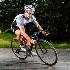 Rennradfahrer in rasanter Kurvenfahrt
