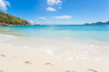 empreintes de pas sur plage des Seychelles