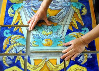 Azulejo decorativo, ceramista trabajando