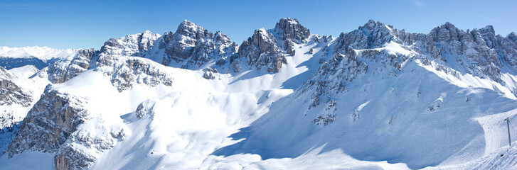 Verschneite Berge mit blauem Himmel Panorama