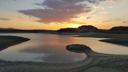 lago con sponde di argilla in terra di Siena