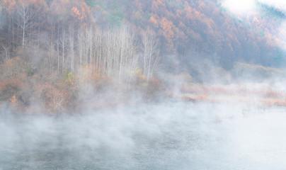 물안개가 피어오르는 호수의 아침 풍경