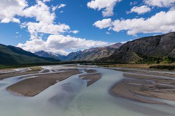 río de las vueltas con un fondo montañoso nevado