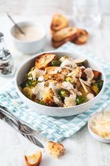 Salade César au Chou de Bruxelles Rôtis, Parmesan, Poulet Grillé et Croûtons