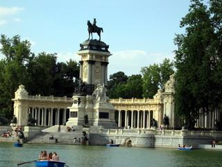 madrid lake monument