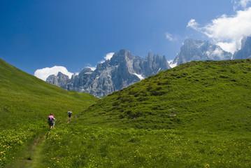 escursionisti verso le pale di S.Martino