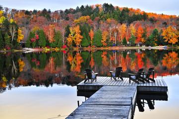 Drewniany dok na jesieni jeziorze