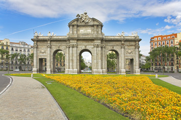 Flower beds before the Royal Triumphal arch