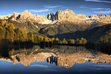 małe jezioro z widokiem na catinaccio - dolomity