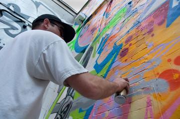 Artysta graffiti nakładający farbę w sprayu
