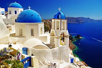 piękny widok na kalderę Santorini z kościołami