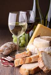 bouteille de vin, fromage et saucisson