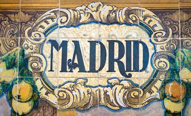 Cartel de cerámica con el nombre de Madrid