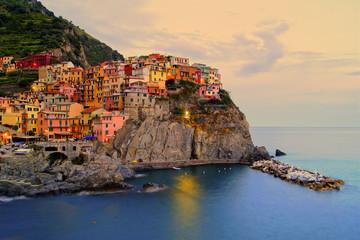 Manarola, Włochy na wybrzeżu Cinque Terre o zachodzie słońca