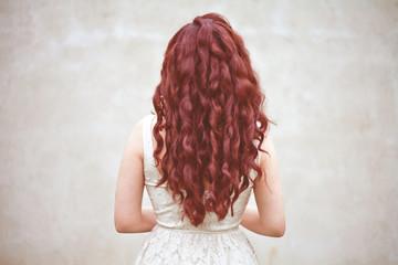 modelka włosy rude czerwone loki panna młoda fryzura