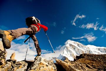Turysta w górach Himalajach