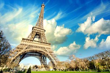 Chwała wieży Eiffla w zimny i słoneczny zimowy dzień w Paryżu.