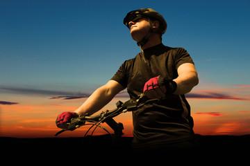 Fahrradfahrer bei Sonnenuntergang - 3
