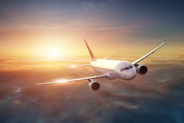 Samolot na niebie przy zmierzchem