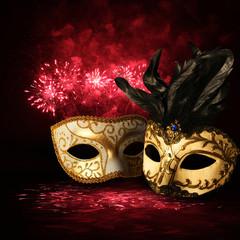 Złote maski karnawałowe na tle fajerwerków