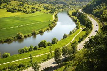 Deutsche Landschaft mit Feldern, Fluss und Straße