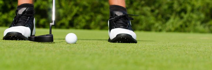 golfspieler übt putten