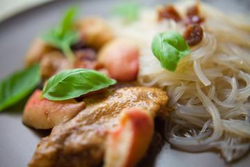 kurczak brzoskwinia jabłko żurawina makaron ryżowy azja