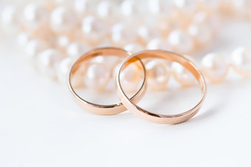 Wedding rings on the pearls