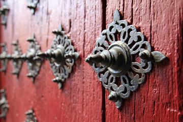 herrajes de clavos en una puerta medieval roja 2076f