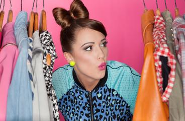 Młoda atrakcyjna kobieta szuka odzieży w szafie