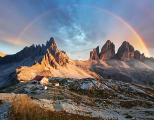 Dolomity górskie we Włoszech o zachodzie słońca - Tre Cime di Lavaredo