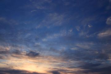 Dramatyczne wieczorne niebo. Zachód słońca nad oceanem.