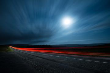 rozmycie nocna sesja szybkiego samochodu