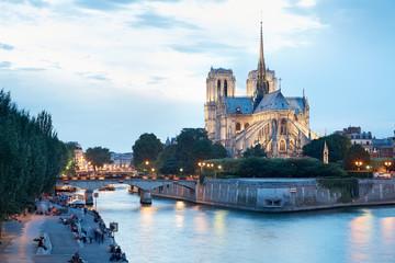 Notre Dame de Paris o zmierzchu, ludzie w dokach