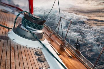 pływać łódką pod burzą, szczegółowo na wyciągarce