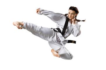 Fachowy żeński karate wojownik odizolowywający na bielu