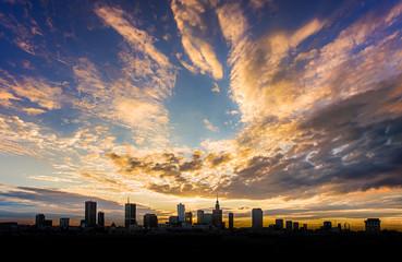 Warszawa na tle zachodzącego słońca
