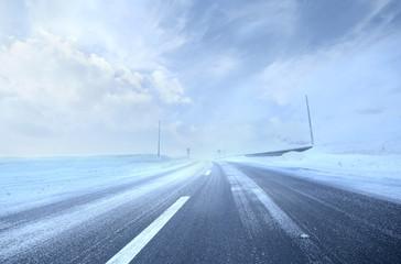 Zimna i zaśnieżona droga