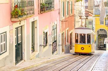 Tradycyjni żółci tramwaje na ulicie w Lisbon, Portugalia
