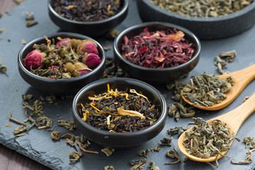 asortyment suchej herbaty w ceramicznych misach