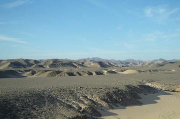 Egipcjanin pustynia i niebieskie niebo.