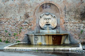fontanna przy ogrodzie pomarańczowym w Rzymie