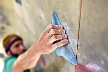 Detail Hand hält sich an Griff fest, Kletterer/ Bergsteiger in Halle